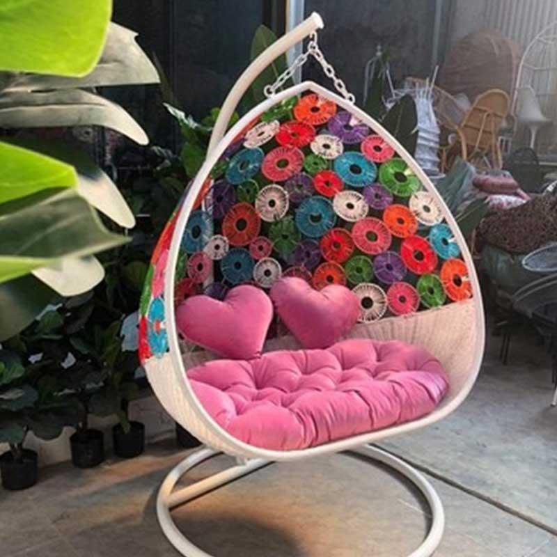 Ghế xích đu đôi đan hoa mai sắc màu từ mây nhựa XD559